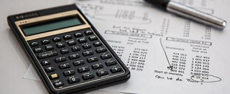Calculadora y bolígrafo sobre documento de contabilidad
